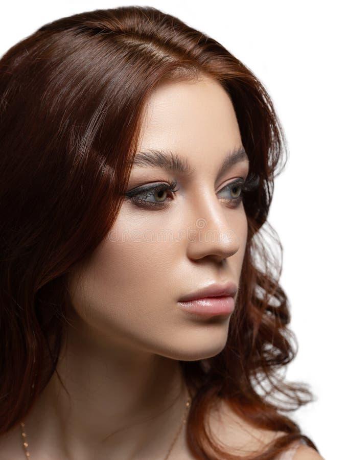 Ritratto verticale di bellezza di bello distogliere lo sguardo della ragazza Isolato su priorità bassa bianca fotografia stock