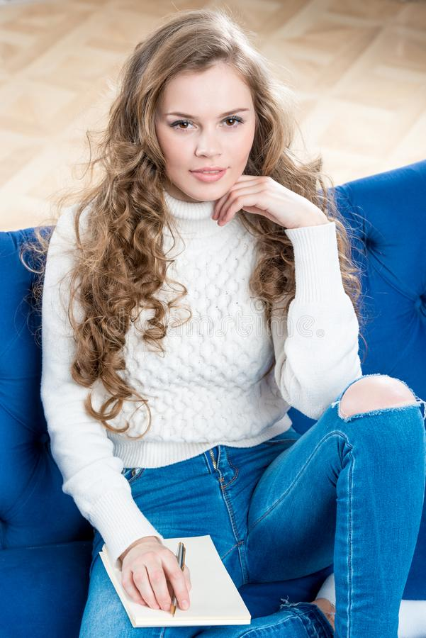 Ritratto verticale di una ragazza graziosa in un maglione caldo immagine stock