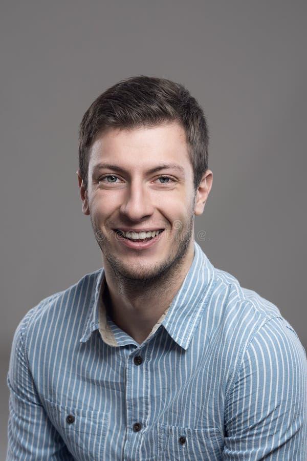 Ritratto verticale uomo sorridente di affari dei giovani di riuscito fotografia stock libera da diritti