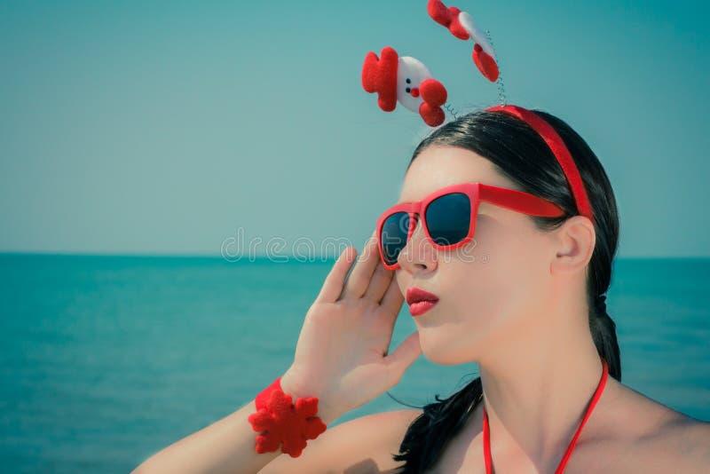 Ritratto vicino su di una giovane donna in attrezzatura di tema di natale fotografie stock
