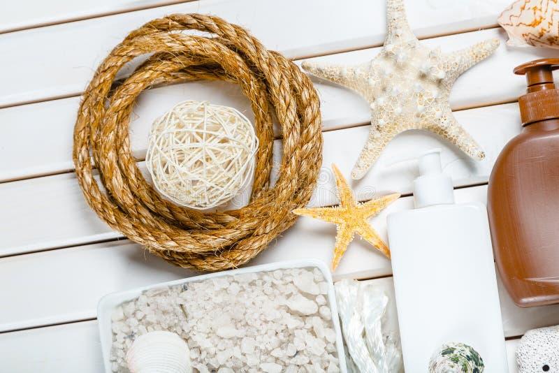 Download Ritrovamenti Della Spiaggia Sui Precedenti Bianchi Immagine Stock - Immagine di memoria, accumulazione: 117978885
