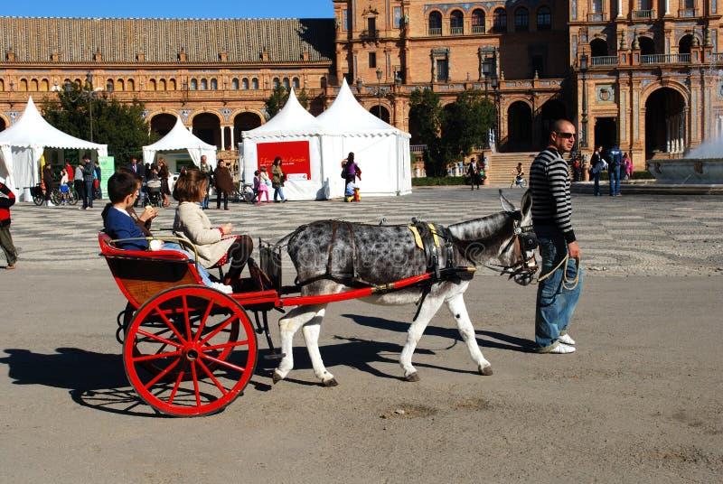 Ritt för åsnavagn i plazaen de Espana, Seville, Spanien royaltyfri bild