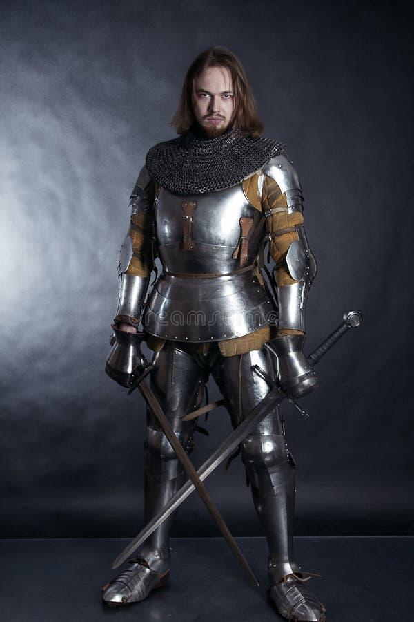 Ritter auf dunklem Hintergrund lizenzfreie stockfotos