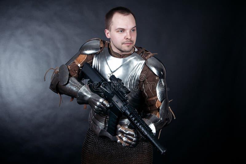 Ritter auf dunklem Hintergrund lizenzfreies stockfoto