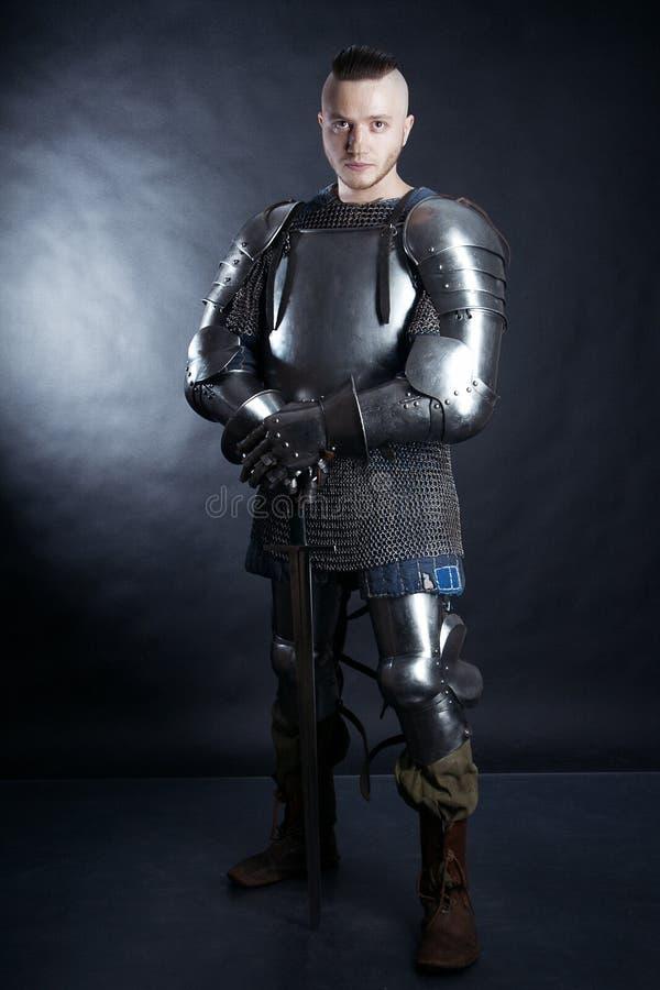 Ritter auf dunklem Hintergrund stockbilder