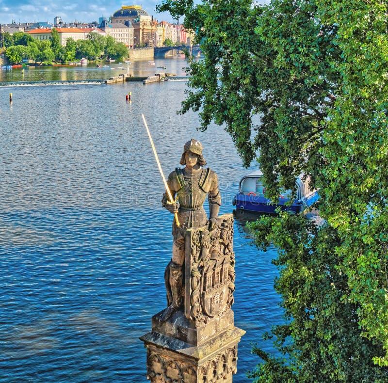 Ritter Brunswick - Statue auf Charles Bridge in Prag stockfotos