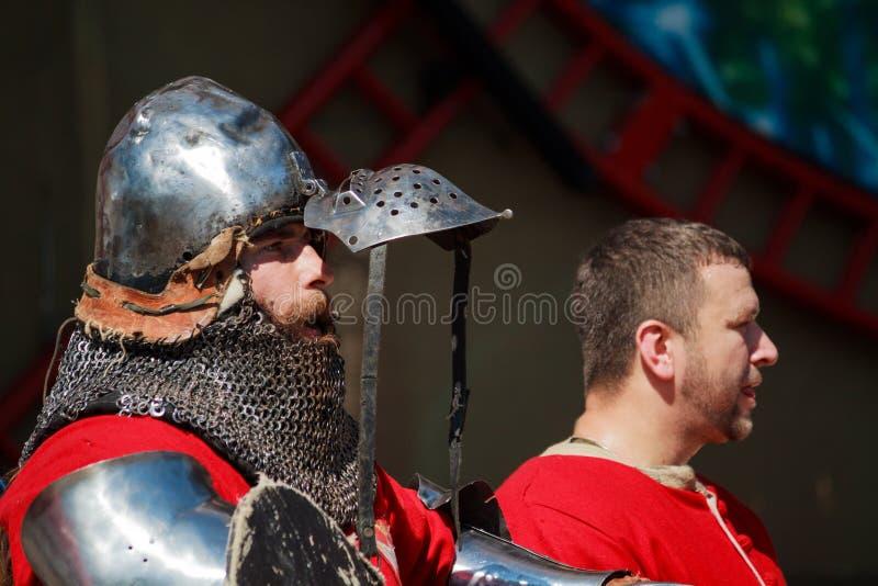 Ritter hob seine Maske an, um einfacheres nach einem harten Kampf zu atmen lizenzfreies stockbild