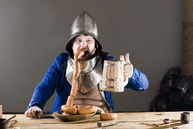 Ritter mit Bier lizenzfreies stockbild