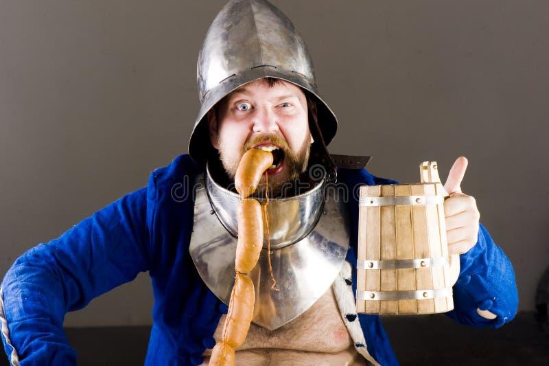 Ritter mit Bier lizenzfreie stockfotos