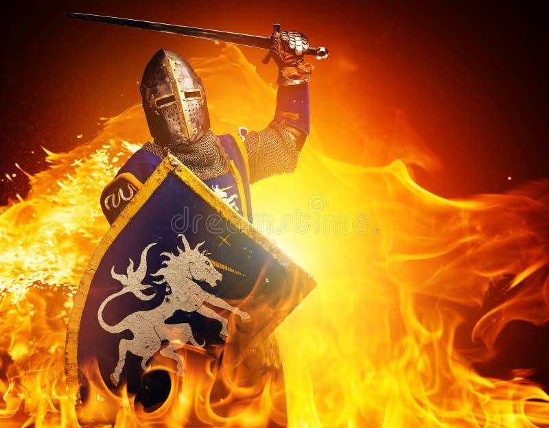 Ritter mit einer Klinge in der Flamme stockfoto