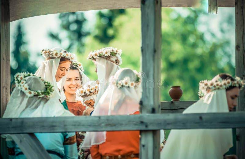 RITTER WEG, MOROZOVO, АПРЕЛЬ 2017: Красивые девушки в длинных платьях с вуалью на головных венках weave на голове  стоковое изображение