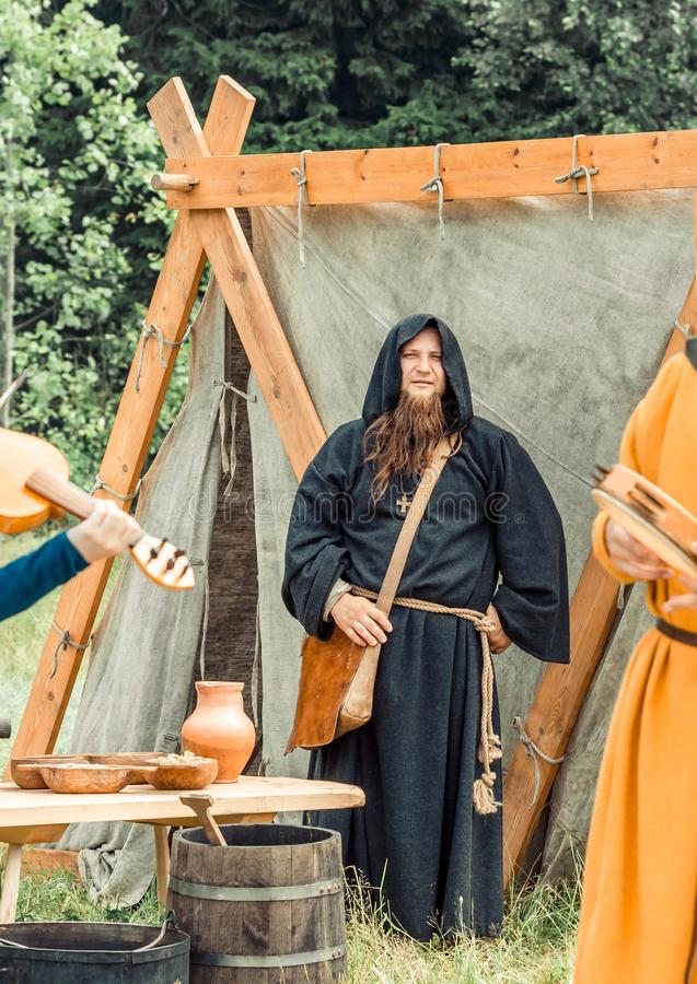 RITTER WEG, MOROZOVO, АПРЕЛЬ 2017: Фестиваль европейских средних возрастов Монахи в длинном черном плаще накидки с клобуком на тр стоковое изображение