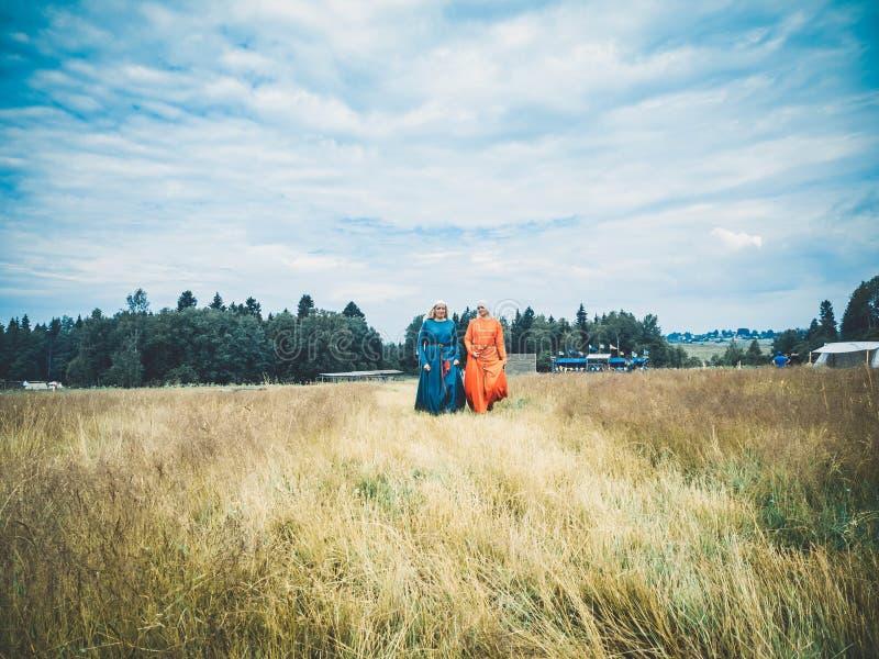 RITTER WEG, MOROZOVO, ABRIL DE 2017: Festival del roleplay de la reconstrucción Mujeres en vestido largo medieval en el aroun que fotos de archivo libres de regalías