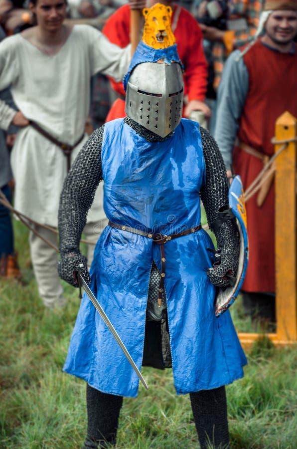RITTER WEG, MOROZOVO, EM ABRIL DE 2017: Festival da Idade Média europeia Retrato do cavaleiro medieval no capacete e na corrente fotos de stock