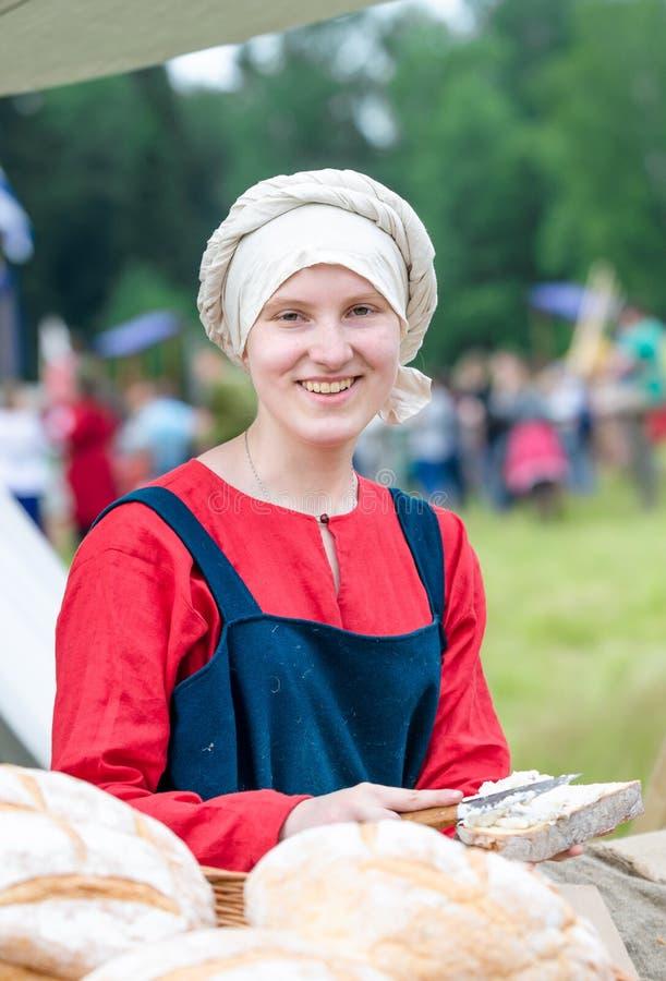 RITTER WEG, MOROZOVO, IM APRIL 2017: Festival der europäischen Mittelalter Frauen in der slawischen Kleidung Porträt mittelalterl lizenzfreie stockfotografie
