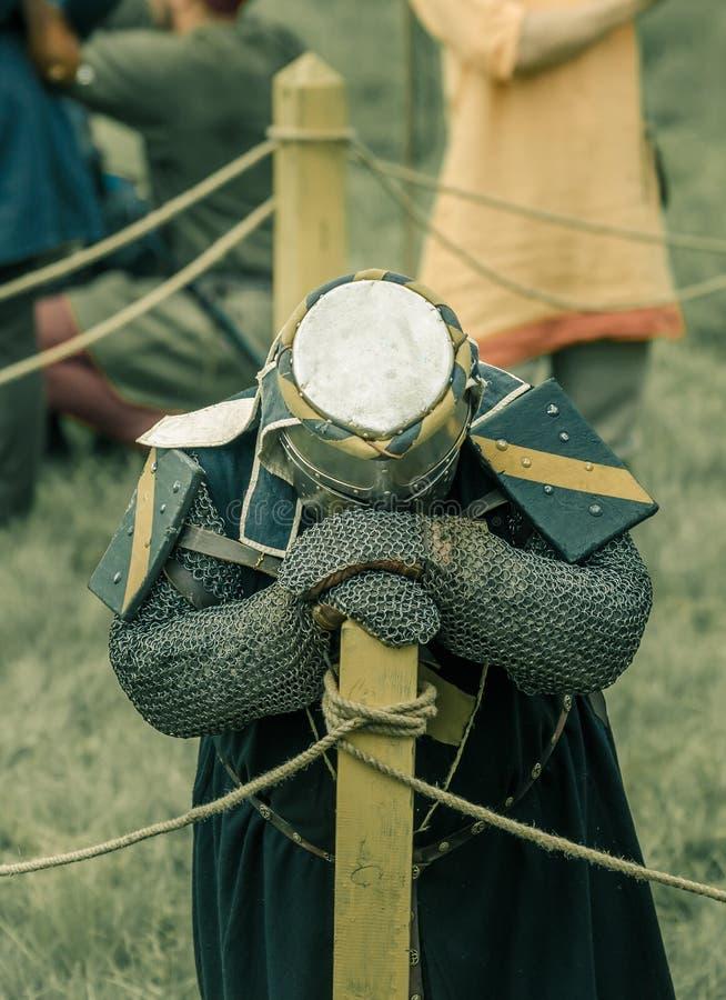 RITTER WEG, MOROZOVO, KWIECIEŃ 2017: Festiwal Europejscy wieki średni Znużony rycerz odpoczywa po bitwy w hełmie i chainmail zdjęcia royalty free