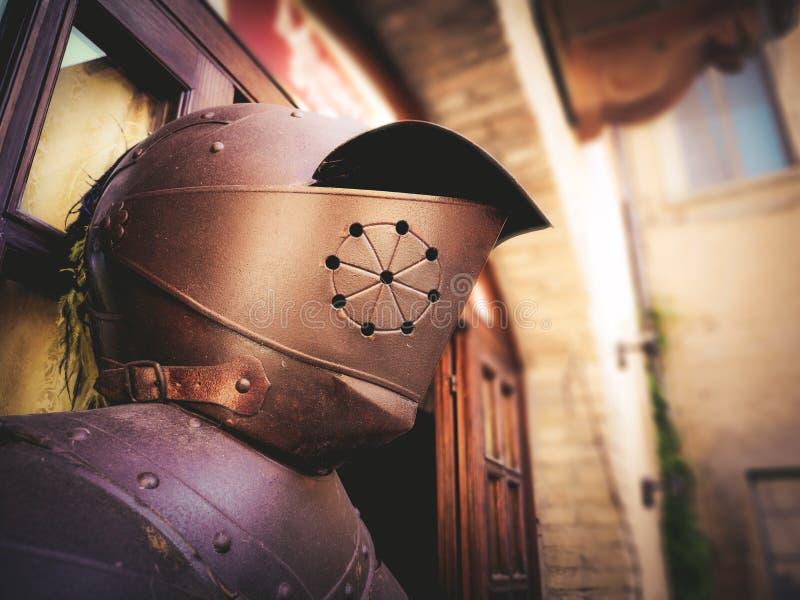 Ritterritterlichkeitssturzhelm, der mittelalterliches Alter armoring ist lizenzfreies stockbild