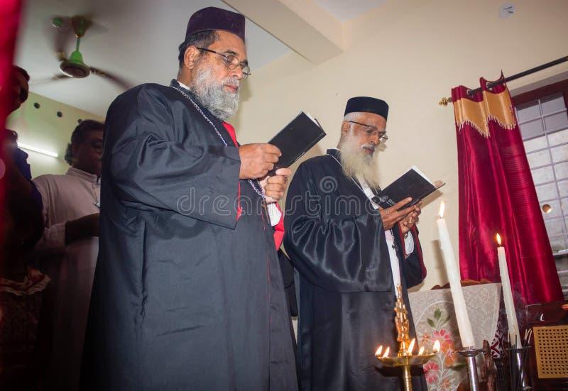 Rituais de aquecimento da casa na igreja ortodoxa de Kerala Malankara - os padres estão rezando para a casa imagens de stock