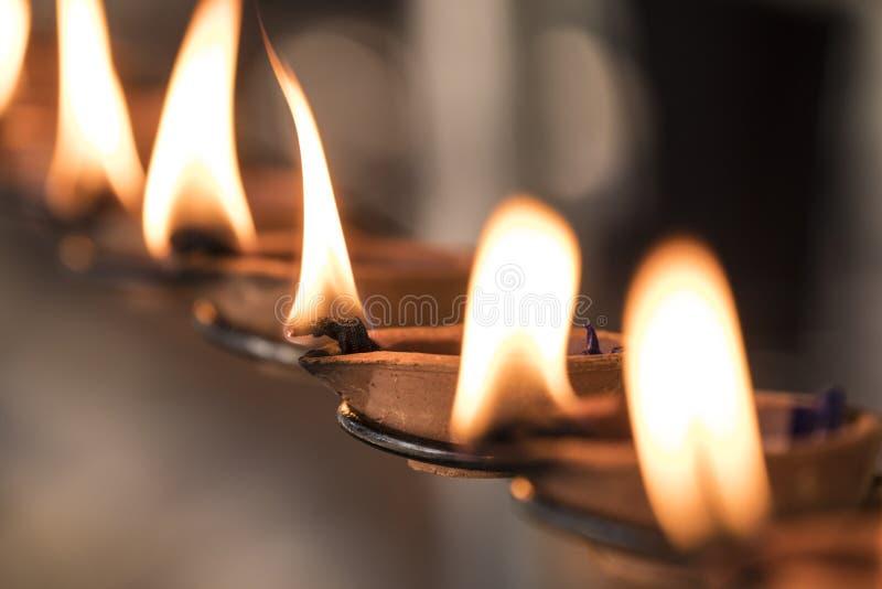 Ritual budista: Lâmpada ardente, de modo que um desejo entre na realização fotos de stock