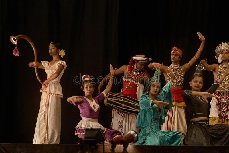 Ritual da dan?a da dan?a de Kandyan conhecido como o kankariya de Kohomba imagem de stock
