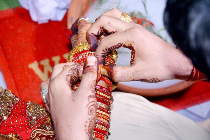 Ritual de la boda en la India Cuando vuelven a casa a la novia y al novio después de casarse ambo juego un juego fotos de archivo