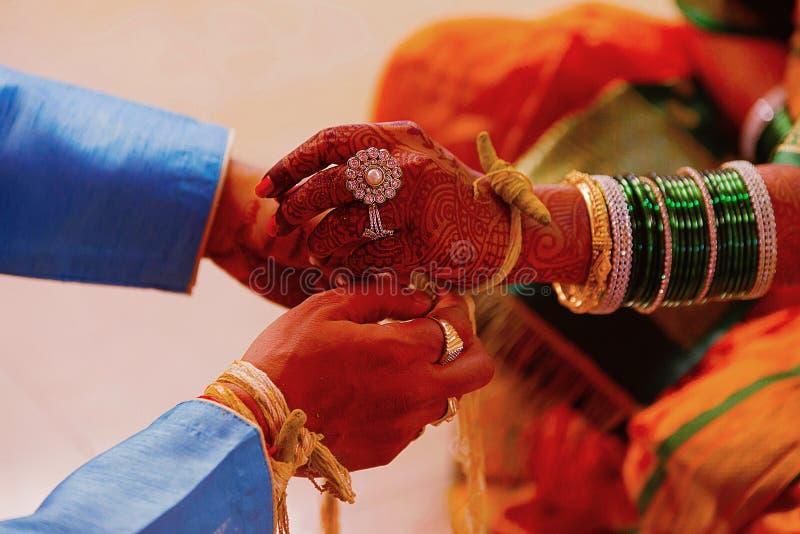 Ritual de la boda, Kankana Dhaarana, un hilo cúrcuma-manchado envuelto alrededor de una raíz de cúrcuma imagenes de archivo