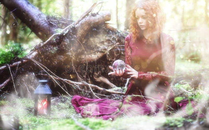 Ritual de la bruja en un bosque imagenes de archivo