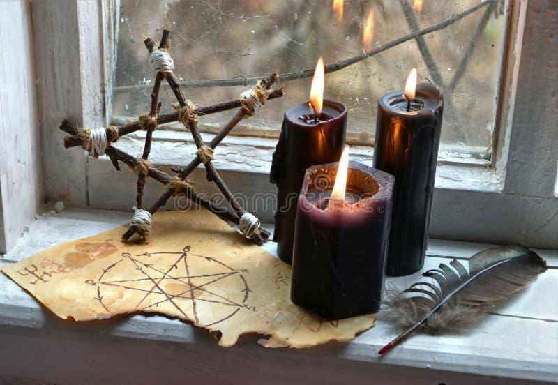 Ritual de la magia negra con pentagram y las velas negras fotos de archivo libres de regalías