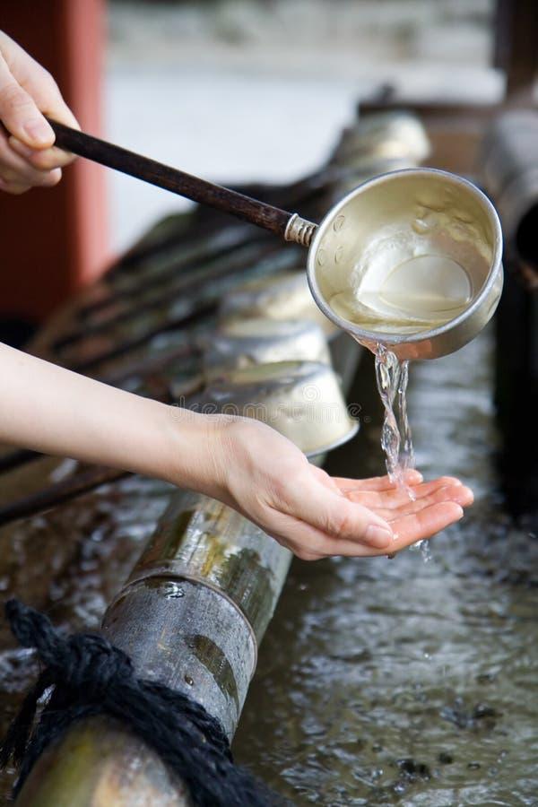 Ritual de limpiamiento de la mano japonesa fotografía de archivo libre de regalías