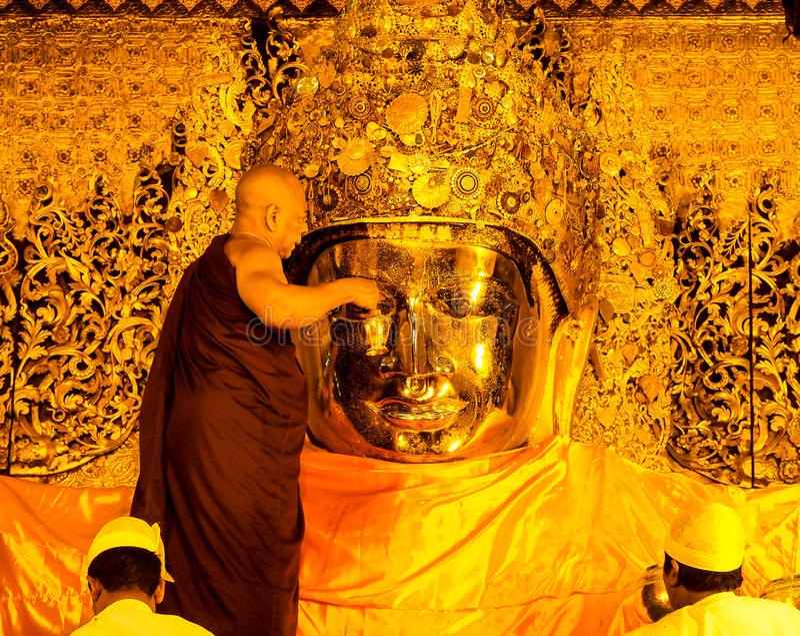 Ritual del lavado de la cara de la imagen de Mahamuni Buda, Mandalay, Myanmar 1 foto de archivo