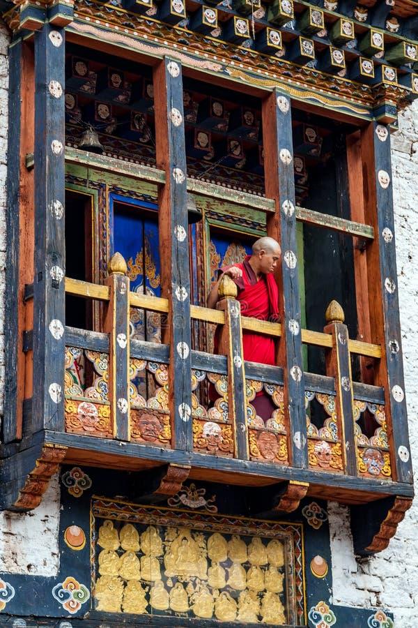 Ritual del monje en el dzong de Trashigang - Bhután fotografía de archivo libre de regalías