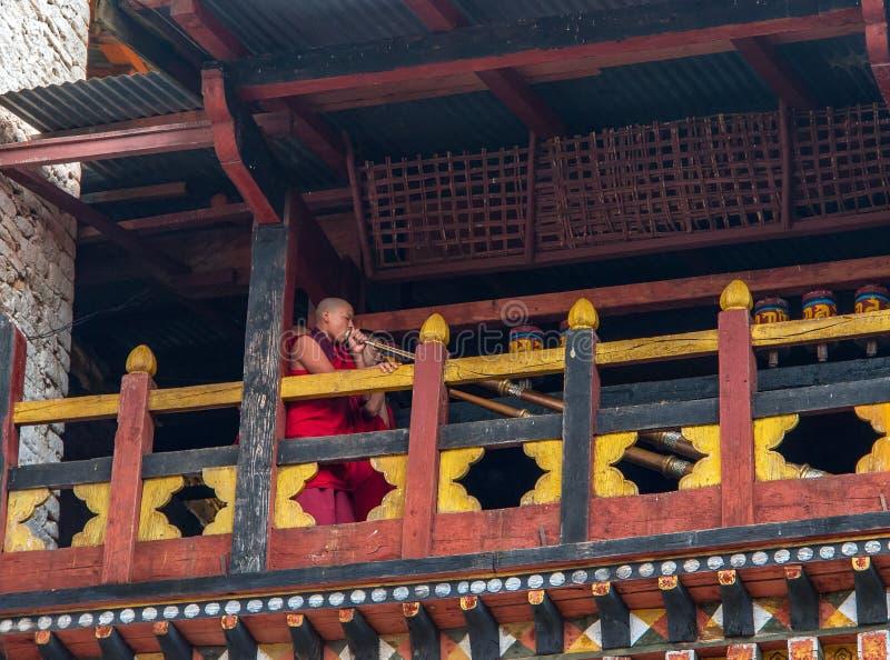 Ritual del monje en el dzong de Trashigang - Bhután fotos de archivo libres de regalías