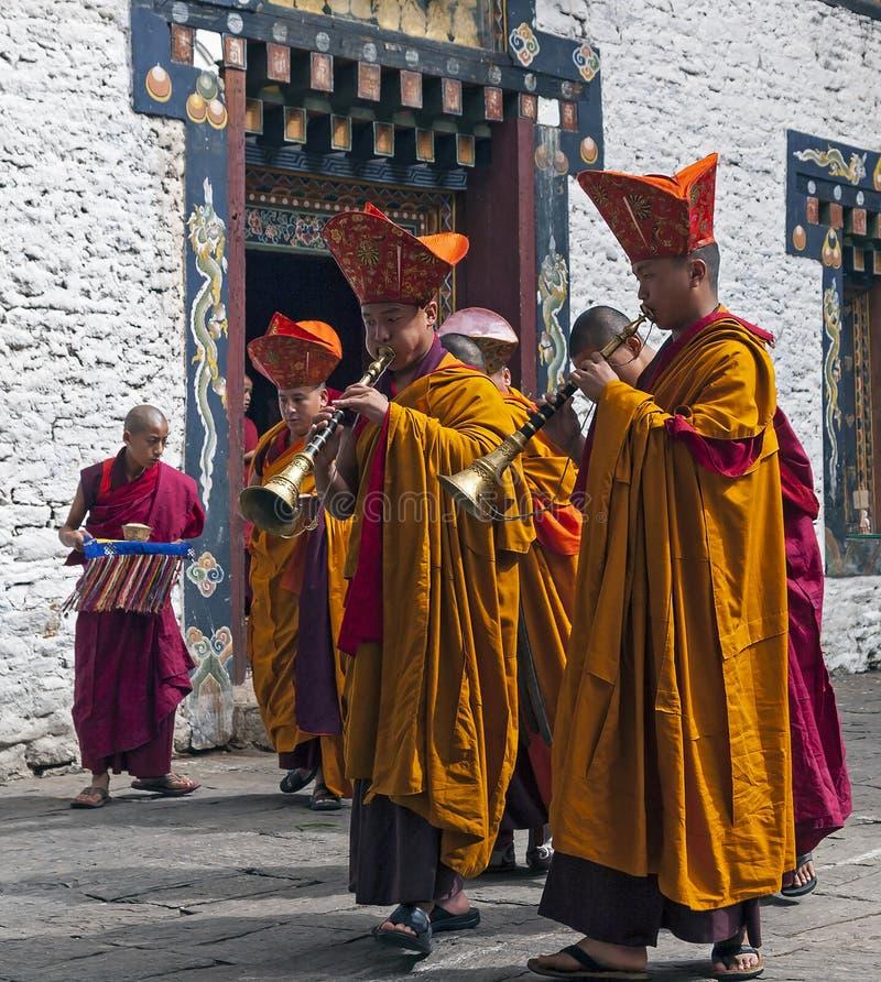 Ritual del monje en el dzong de Trashigang - Bhután foto de archivo libre de regalías