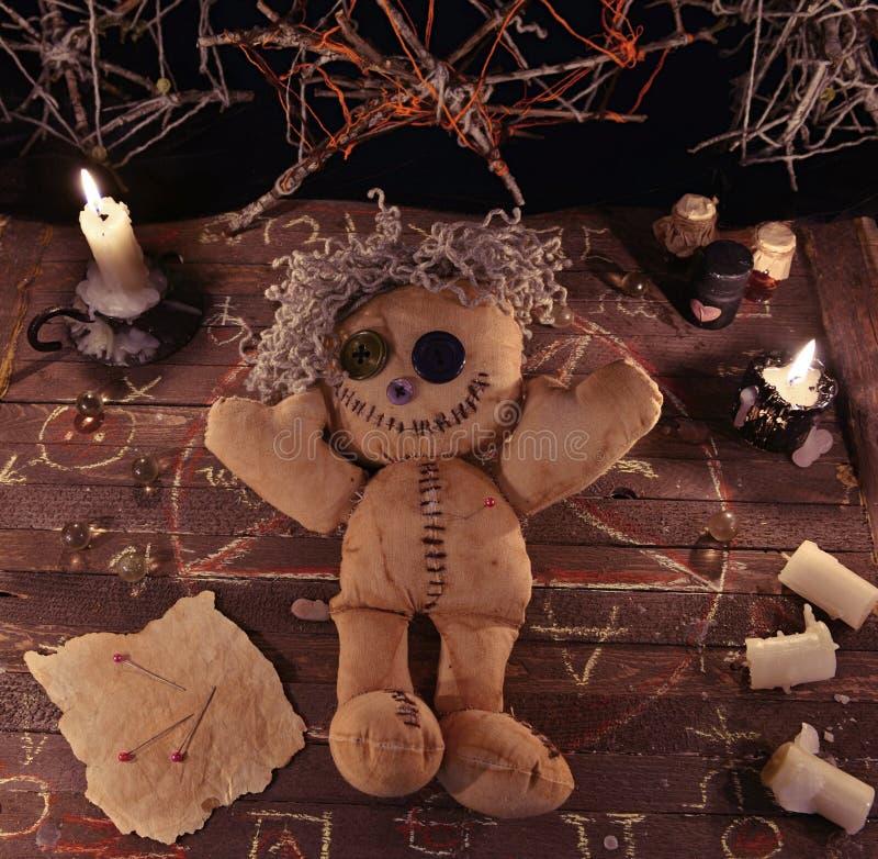 Ritual del vudú con los objetos de la muñeca y de la magia imagen de archivo libre de regalías