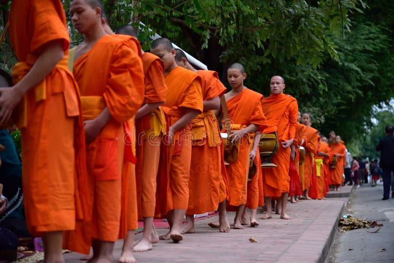 Ritual diário das monges budistas de recolher a esmola e as ofertas fotografia de stock