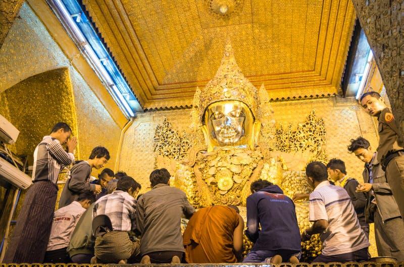 Ritual diario de la mañana en la pagoda de Mahamuni en Mandalay foto de archivo