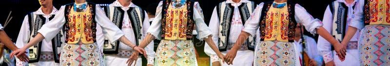 Ritual do casamento em trajes e em dançarinos folclo'rico tradicionais romenos imagens de stock