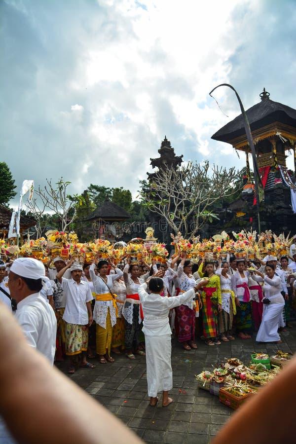 Ritual do ` s dos povos do Balinese no templo do ` s de Pulasari fotos de stock
