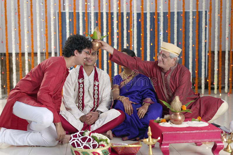 Ritual en la boda hindú india imagen de archivo