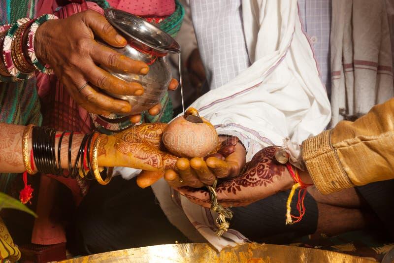 Ritual hindú de la boda de Kanyadaan en la India imagen de archivo