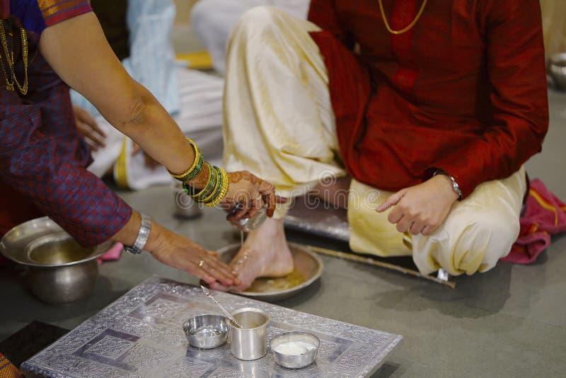 Ritual hindú de pies que adoran - Paadya Pooja- de la boda fotos de archivo