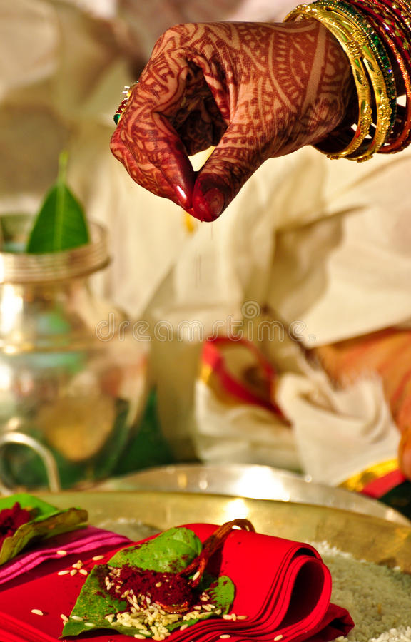 Ritual Hindu do casamento imagem de stock