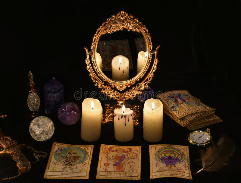 Ritual mágico con las cartas de tarot, el mirrow y los cristales fotos de archivo