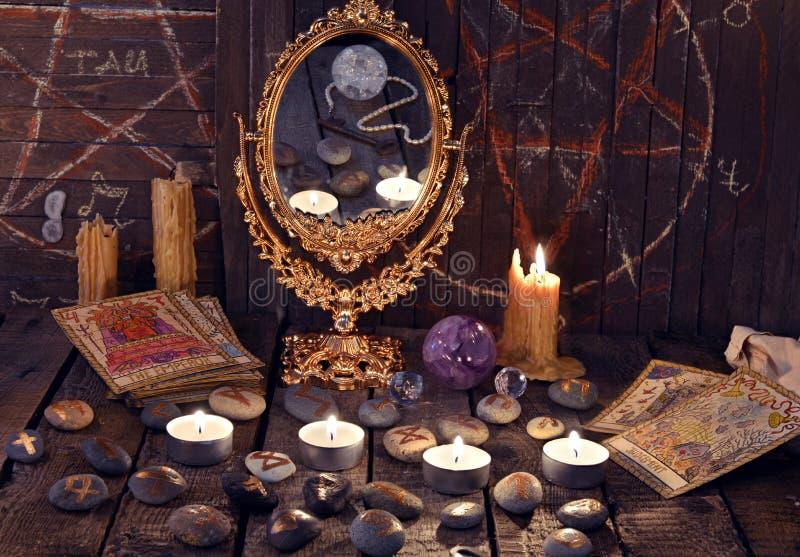 Ritual m gico con las runas el espejo las cartas de tarot y las velas antiguos foto de archivo - El espejo tarot gratis ...