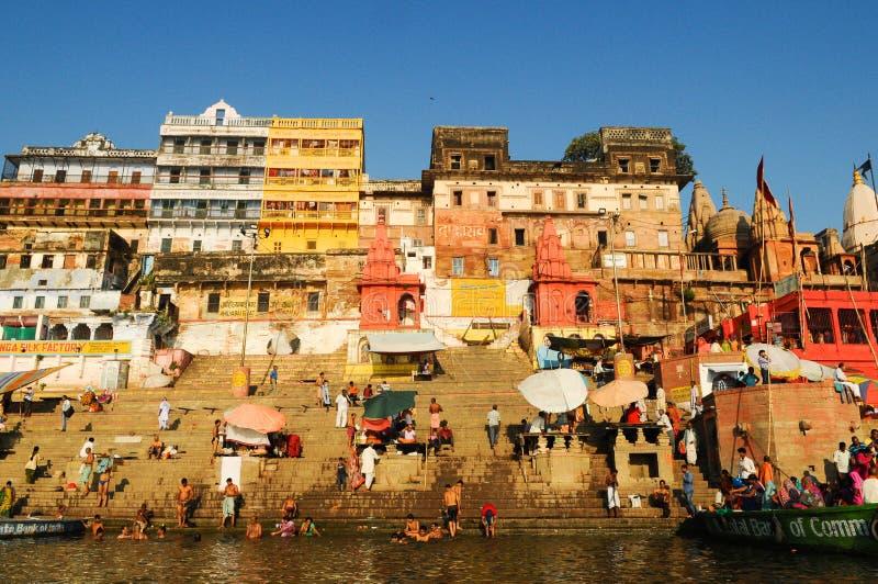 Ritual ochtend bathing in sacred Varanasi Ghats, India stock afbeeldingen