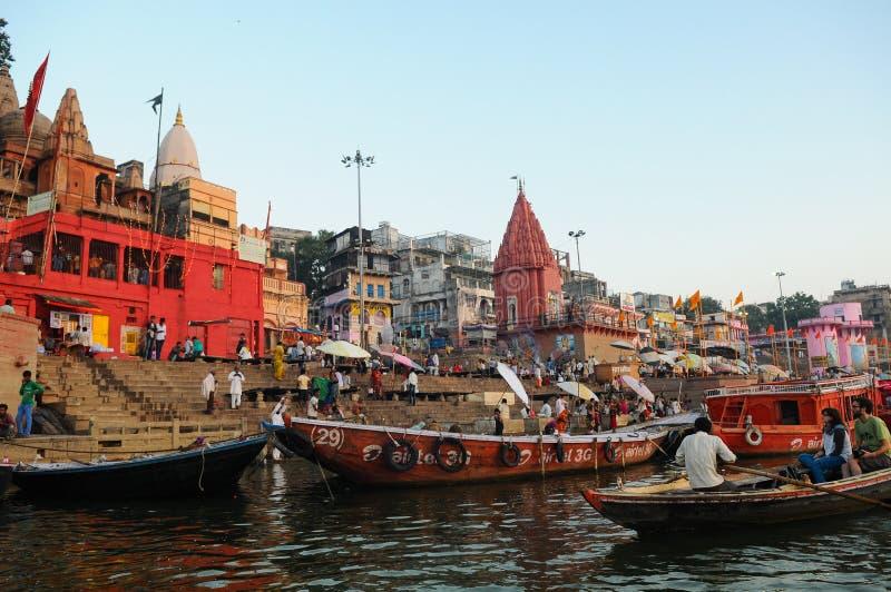 Ritual ochtend bathing in sacred Varanasi Ghats, India stock fotografie