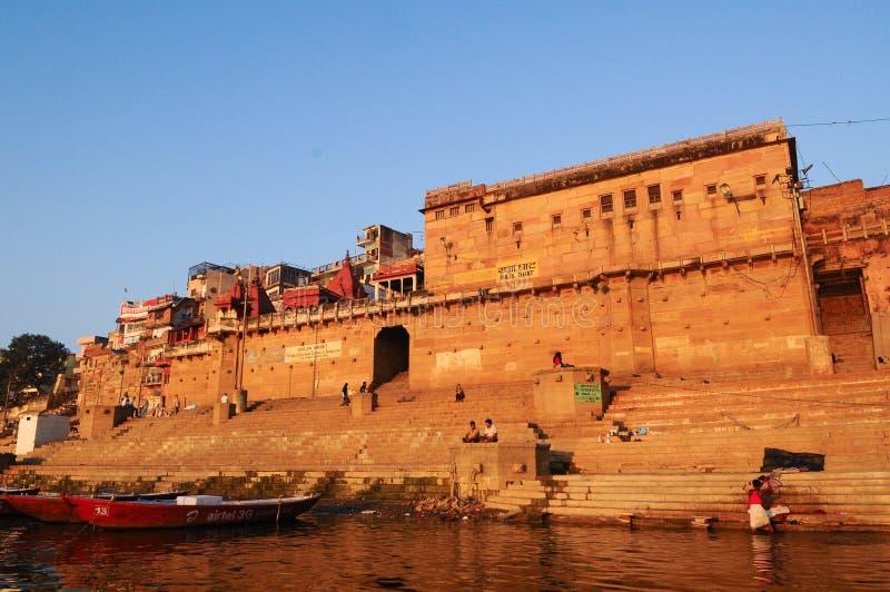 Ritual ochtend bathing in sacred Varanasi Ghats, India stock foto