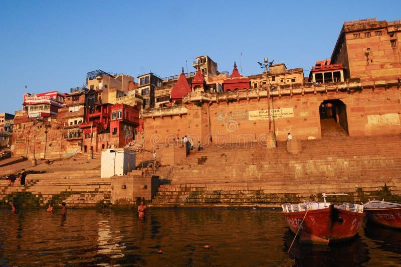 Ritual ochtend bathing in sacred Varanasi Ghats, India stock foto's