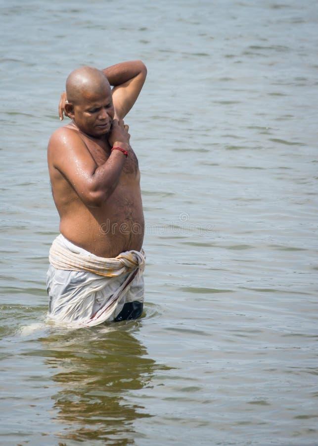 Ritual que banha-se no rio de Cauvery em Amma Mandapam fotografia de stock royalty free