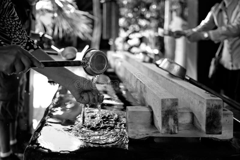 Ritual que se lava de la mano en Naha imágenes de archivo libres de regalías